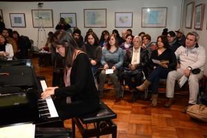 niña pianista y público