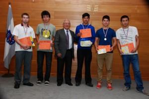 El decano (S) de la Facultad de Ciencias,  Humberto Valenzuela entregó los reconocimientos a los estudiantes que obtuvieron los cinco primeros lugares.