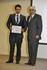 El profesor Jorge Quilaqueo hizo entrega del reconocimiento al deportista destacado, Heinz Vera.